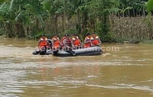 Kerja Ekstra : Pencarian jasad korban yang dilakukan tim SAR Polres Tuban di Kali Kening, Selasa (15/12/2015) tidak menemukan korban