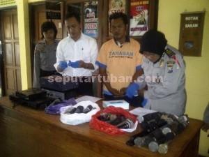 Dibeber : Tersangka dan barang bukti ditunjukkan saat press release di Mapolres Tuban, Kamis (17/12/2015)