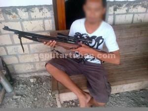 TIDAK SENGAJA : Pelaku menunjukkan senapan angin yang tidak sengaja menembak korban