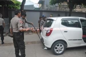 Teliti : Personil Polres Tuban saat memeriksa mobil yang memasuki lokasi rekapitulasi suara