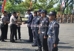 MOTIVASI BARU : Kapolres Tuban, AKBP Guruh Arif Darmawan saat memberikan penghargaan kepada sejumlah personil Satpam dalam HUT Satpam ke-35