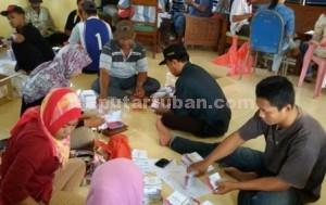 MEMILIH : Petugas PPK saat menyortir surat suara yang diterima dari KPU Kab. Tuban