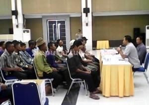 Berprinsip : Warga Desa Gaji saat pertemuan dengan Kasi Bina Lingkungan PT Semen Indonesia menolak dana CSR Rp. 250 juta