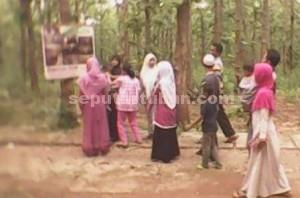 Ditutup Sementara : Pengunjung melihat foto kondisi dalam goa putri asih