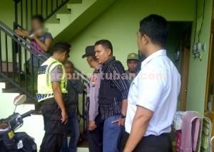 Gugup : Petugas saat memeriksa penghuni rumah kos