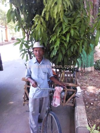 Pria Tangguh : Samin saat berjualan di salah satu kawasan Tuban, Rabu (9/12/2015)