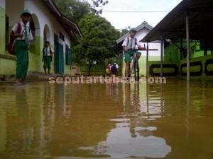 Terendam : Siswa MI Salafiyah Mandirejo usai mengikuti UAS yang sempat tertunda karena kondisi lantai sekolah penuh lumpur
