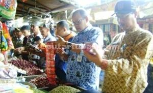 Sidak : Petugas gabungan saat memeriksa dagangan penjual di Pasar Baru Tuban, Kamis  (17/12/2015)
