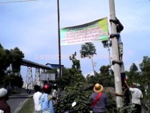 Semangat : Warga Desa Gaji, Kecamatan Kerek, bahu membahu memasang spanduk penolakan PT Semen Indonesia disisi barat pabrik. Mereka akan terus menebar spanduk hingga ke seluruh Tuban dari dana patungan warga