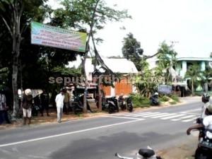 Dua Arah : Ini spanduk penolakan warga yang dipasang disisi timur pabrik PT Semen Indonesia. Sehingga dari kedua arah terdapat spanduk serupa