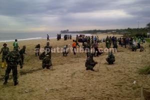 Peduli : TNI dan lintas instansi serta masyarakat saat melakukan penanam cemara di Pantai Sowan
