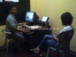 Mengelak : LR (28), warga Desa Cipinang, Kecamatan Cimau, Kabupaten Bandung, Jawa Barat saat diperiksa di Mapolsek Jenu atas temuan karnopen di kamar kosnya