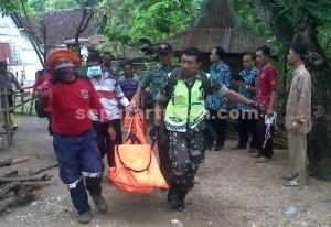 Ditemukan : Jasad korban saat dievakuasi dari sungai