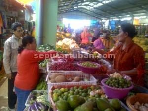 Naik : Pedagang sayur di Pasar Baru Tuban, Rabu (16/12/2015)
