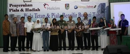 Foto bersama para juara kategori guru dan siswa