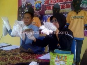 TANGKAP LAGI : Kasat Resnarkoba dan Kasubbag Humas Polres Tuban saat siaran pers 4 tersangka pengedar karnopen