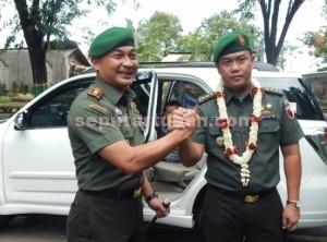 KOMPAK : Kasrem Malang (Dandim Lama) dan Dandim 0811 Tuban yang baru saling berjabat tangan
