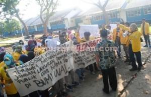 BERGOLAK : Mahasiswa UT Tuban saat berunjuk rasa di kampusnya, Kamis (14/1/2016) sore