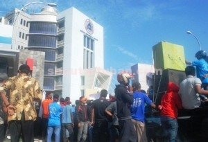 KESAL DIKUBULI : Pemuda dari 10 desa ring 1 saat unjuk rasa di depan kantor PT Semen Gresik