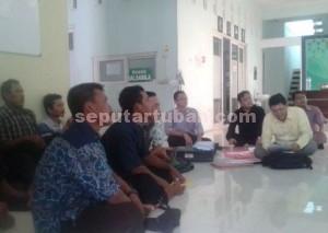 TETAP GIGIH : Warga Desa Gaji, Kecamatan Kerek saat di kantor DPW Ansor Jatim diskusi dengan tim LBH DPP Ansor sebelum berangkat ke PTUN