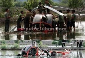 Inilah foto asli rangkaian helikopter jatuh yang sudah termediakan sejak 2011. Foto atas yang dikirim pengguna facebook dan menghebohkan banyak pihak