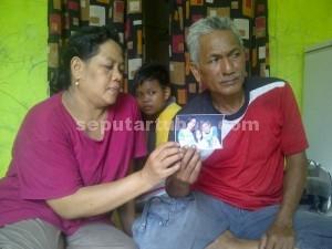 BERHARAP KEMBALI : Sunarko (54) dan Tatik Murdiarti (49) menunjukkan foto anak beserta menantu dan cucunya yang meninggalkan rumah 3 bulan lalu. Dia menduga karena kepergianya akibat direkrut menjadi anggota Gafatar