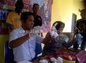 DIBEKUK : Kasat Resnarkoba dan Kasubbag Humas Polres Tuban saat rilis pers