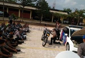 SERIUS : Kapolres Tuban, AKBP Guruh Arif Darmawan menunjukkan teknik berlindung dan menembak dibalik sepeda motor