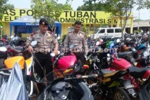 TEGAS : Kapolres Tuban, AKBP Guruh Arif Darmawan didampingi Kasat Lantas ditengah barang bukti sepeda motor yang ditilang dalam Operasi Lilin Semeru 2015