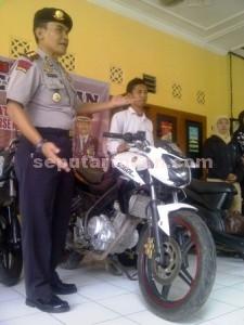 DISERAHKAN : Kapolres Tuban, AKBP Guruh Arif Darmawan menunjukkan sepeda motor yang diserahkan kepada pemiliknya