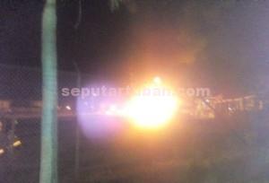 MENGAGETKAN WARGA : Kondisi kebakaran di TBBM Pertamina Tuban nampak dari luar pagar