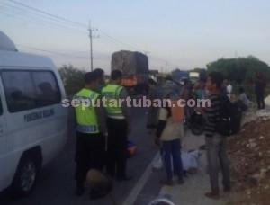 TABRAK LARI : Jasad korban saat dievakuasi dari lokasi kejadian dan akan dibawa ke RSUD Dr R Koesma Tuban