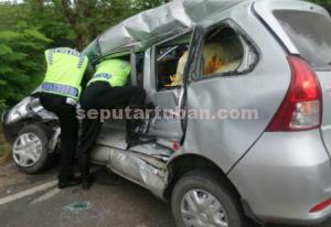 DAMPAK PELANGGARAN : Akibat melanggar dengan mendahului dari sisi kiri. Korban tewas saat dievakuasi 2 orang Polantas dari dalam mobil