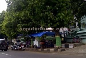 MENJAMUR : PKL masih memadati sejumlah ruas trotoar di Tuban