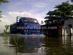 BAHAYA : Jalan poros desa terendam air