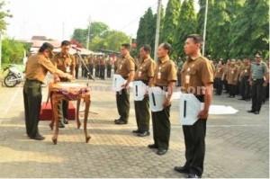 SEMANGAT BARU : Adm Perhutani KPH Parengan, Daniel Budi Cahyono menyerahkan secara simbolis motor trail dinas kepada perwakilan Asper dan KRPH di halaman kantor, Kamis (14/1/2016)