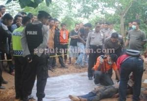 DENDAM BERDARAH : Tim INAFIS Polres Tuban saat melakukan identifikasi jasad korban di lokasi kejadian