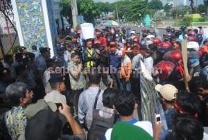 SIAP DEMO LAGI : Pemuda 10 desa ring 1 PT Semen Indonesia saat unjuk rasa di depan Kantor Bupati Tuban