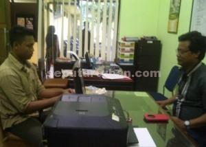 GUGUP : Ahmad Nahar Sudrajat (baju coklat) saat diperiksa di ruang Unit IV Sat Reskrim Polres Tuban