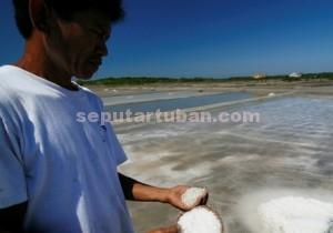 RESAH : Petani garam menunjukkan hasil panenya