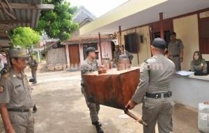 DIAMANKAN : Petugas menyita tungku alat penyulingan arak dari lokasi produksi arak milik Wahyu Sulastigno (45), warga Desa Kembangbilo, Kecamatan Tuban