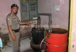 PENGUSAHA BARU : Alat produksi arak di rumah Kanang Efendi (39), warga Desa Prunggahan Kulon RT. 03 RW. 04, Kecamatan Semanding saat digrebek petugas