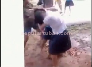 ORANG ISENG : Salah satu adegan dalam video siswi tawuran yang menghebohkan pemberitaan Tuban