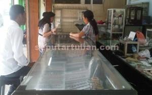 RAMAI JUAL : Aktivitas penjualan emas di salah satu toko kawasan Jalan Basuki Rahmat Tuban