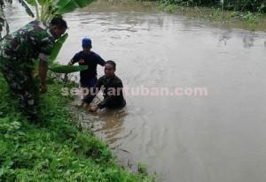 TULUS : Anggota Koramil Plumpang dan masyarakat saat membersihkan sungai avour