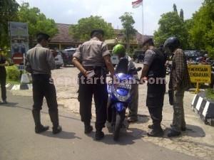TELITI : Salah satu pengunjung yang menggunaka sepeda motor diperiksa dengan detail oleh anggota Polres Tuban