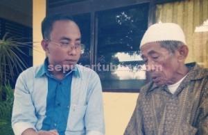 LAPORKAN KADES : Suroso (73), warga Desa Kedungharjo, Kecamatan Widang didampingi kuasa hukumnya Nur Aziz saat di Mapolres Tuban