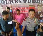 MANFAATKAN PROFESI : Tersangka saat di release Polres Tuban