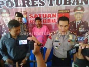 BODREK : Kapolres Tuban, AKBP Guruh Arif Darmawan saat menunjukkan tersangka pemerasan M. Muto'in, yang memiliki kartu identitas wartawan koran mingguan Trans 9