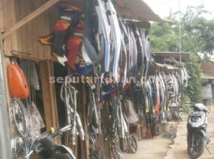 MENGUNTUNGKAN : Dagangan para penjual suku cadang bekas di Desa Sadang, Kecamatan Jatirogo, Kabupaten Tuban